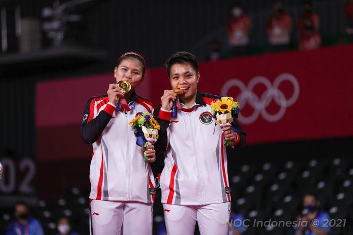 Pasangan ganda putri Indonesia, Greysia Polii/Apriyani Rahayu, berpose di podium dengan medali emas Olimpiade Tokyo 2020 di Musashino Forest Plaza, Senin (2/8/2021).
