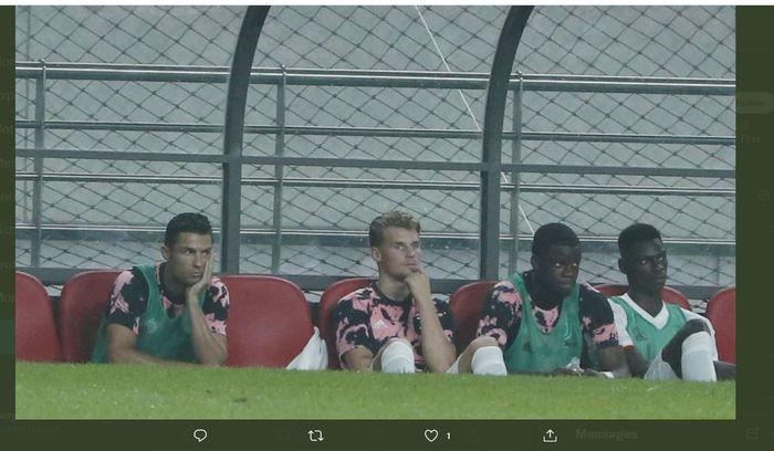 Cristiano Ronaldo (kiri) duduk di bangku pemain cadangan Juventus.