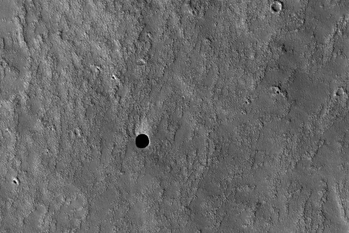 Lo que parece ser un agujero en la superficie de Marte puede contener una cueva, que fue capturada por la cámara Highrise Mars Surveillance Orbiter.