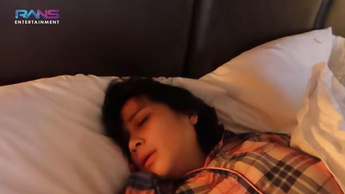 Raffi Ahmad goda Nagita Slavina yang masih tidur