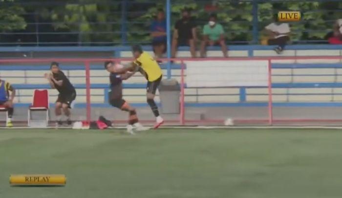 Aksi brutal pemain AHHA PS Pati FC, Syaiful Indra Cahya, terhadap pemain Persiraja Banda Aceh, Muhammad Nadhiif.