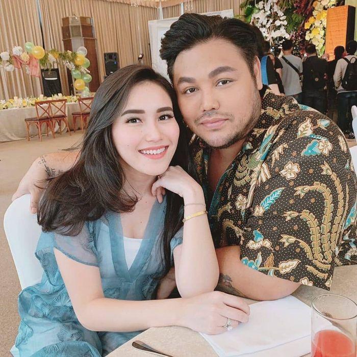 Kabar Ivan Gunawan sudah menikah dengan Ayu Ting Ting kembali viral. Di tengah isu itu, foto Ivan Gunawan dipuji ratu kecantikan Indonesia.