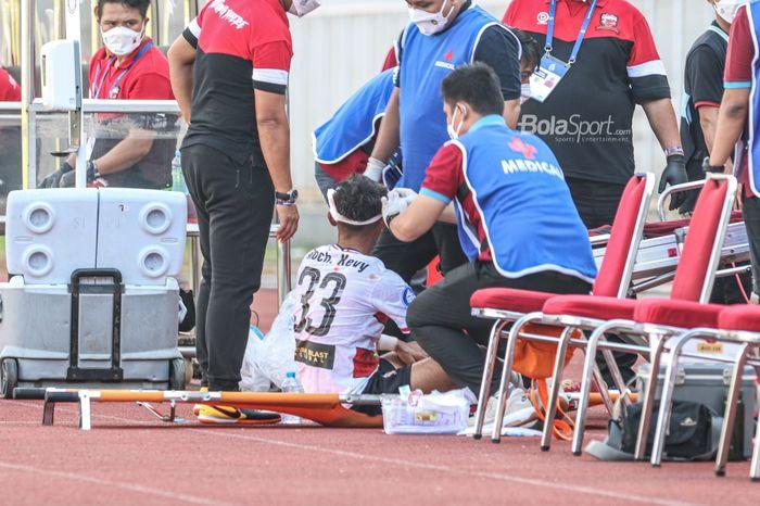 Gelandang Madura United, Mochammad Kevy Syahertian, sedang mendapatkan perawatan medis di bagian kepala dalam laga pekan keempat Liga 1 2021 di Stadion Madya, Senayan, Jakarta, 25 September 2021.