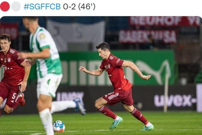 Penyerang Bayern Muenchen, Robert Lewandowski, beraksi melawan Greuther Fuerth dalam laga Bundesliga di Stadion Sportpark Ronhof Thomas Sommer, Jumat (24/9/2021).
