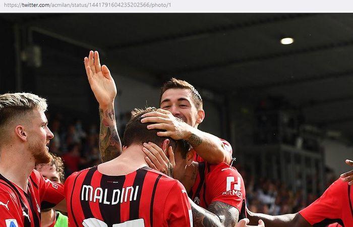 Gelandang serang AC Milan, Daniel Maldini, merayakan gol ke gawang Spezia dalam laga Liga Italia di Stadion Alberto Picco, Sabtu (25/9/2021).