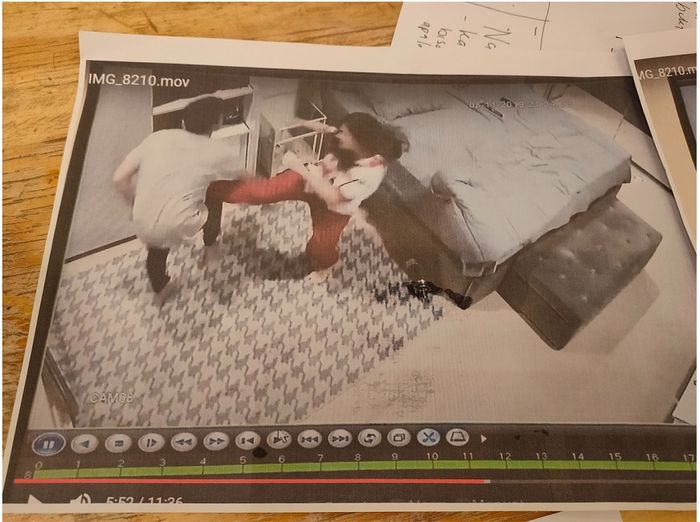 Tangkap layar dari video rekaman CCTV di kamar pribadi <a href='https://manado.tribunnews.com/tag/jonathan-frizzy' title='JonathanFrizzy'>JonathanFrizzy</a> saat <a href='https://manado.tribunnews.com/tag/dhena-devanka' title='DhenaDevanka'>DhenaDevanka</a> menendangnya.