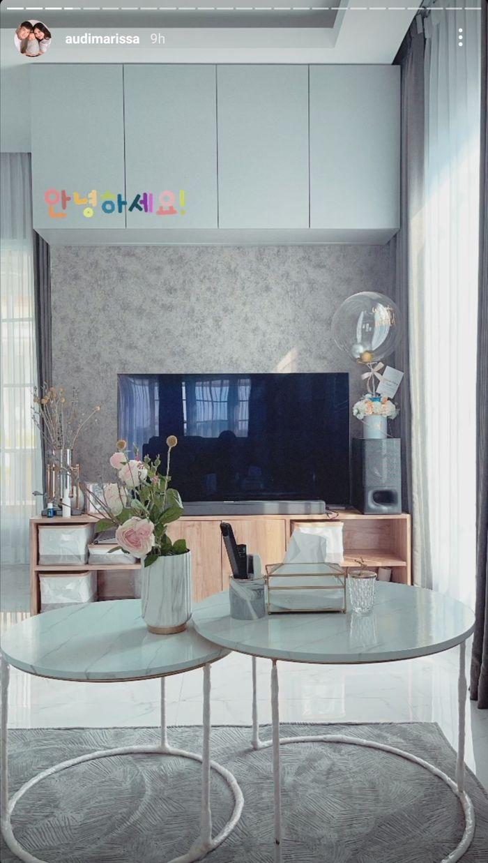Ruang televisi di rumah artis Audi Marissa dan Anthony Xie.