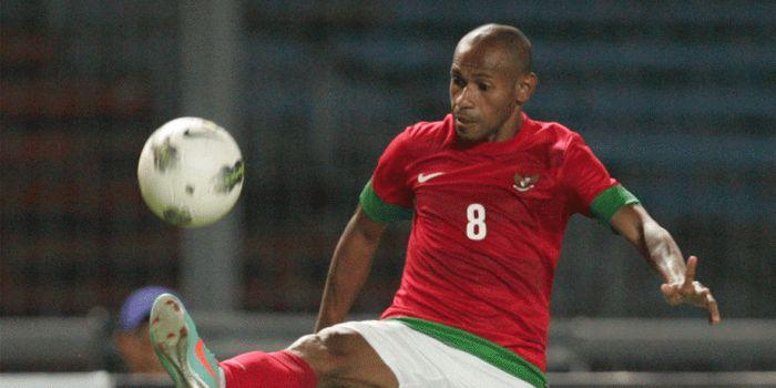 Pelatih Persewar Waropen, Elie Aiboy, ketika masih berseragam timnas Indonesia.