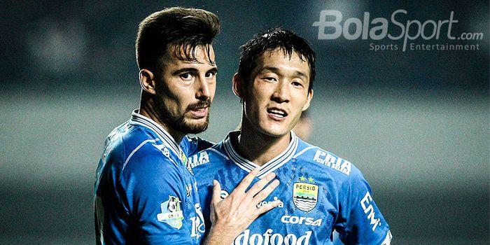 Pemain Persib Bandung, Jonathan Bauman (kiri) dan Oh In-kyun, saat tampil melawan PSM Mak