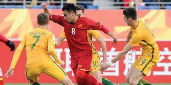 Pemain timnas U-23 Vietnam dan Australia berduel dalam laga Piala Asia U-23 2018 di Stadion Kunshan