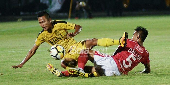 Bek kanan Bali United, Dallen Doke (5/merah), berduel dengan dengan gelandang BFC, Wahyu Subo Seto (