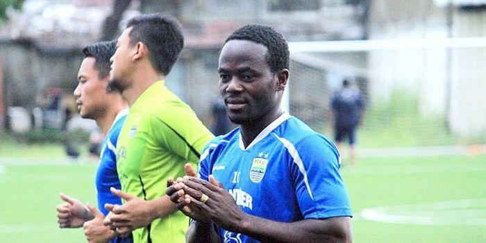 Gelandang asal Liberia, Erick Weeks Lewis dalam latihan Persib di lapangan Lodaya, Bandung, Selasa (