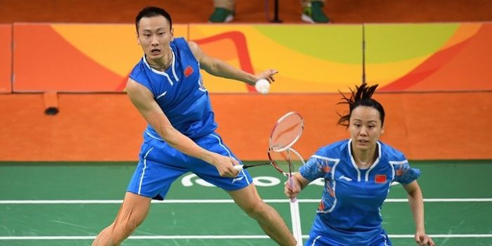 Pasangan ganda campuran China, Zhang Nan/Zhao Yunlei, sedang berusaha mengembalikan kok ketika mengh
