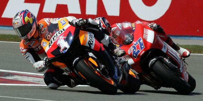 Pebalap tim Repsol Honda, Nicky Hayden, berada di depan pebalap tim Ducati Marlboro, Casey Stoner, s