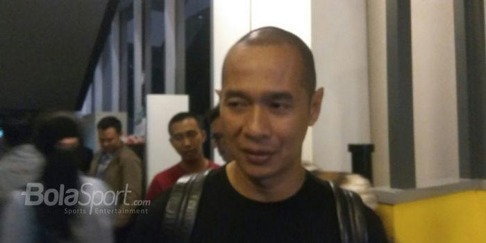 Eks penyerang timnas Indonesia, Kurniawan Dwi Yulianto, menjawab pertanyaan wartawan di Kantor Bukal