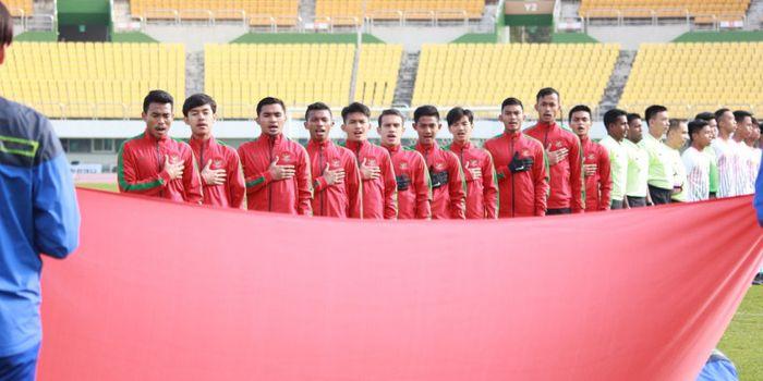 Gelandang timnas U-19 Indonesia, Muhammad Luthfi Kamal Baharsyah (kedua dari kiri), saat mengumand