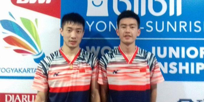 Pasangan ganda putra China,  Fan Qiuyue/Wang Chang (kanan) berpose seusai tampil pada partai ketiga