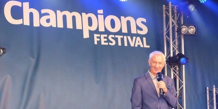 Legenda sepak bola Wales dan Duta Final Liga Champions 2017, Ian Rush, berbicara di atas panggung.