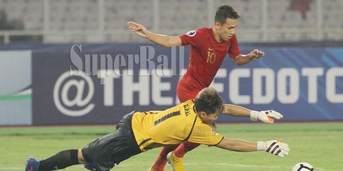 Aksi pemain Timnas U-19 Indonesia, Egy Maulana Vikri saat akan melewati kiper Timnas U-19 Taiwan pa