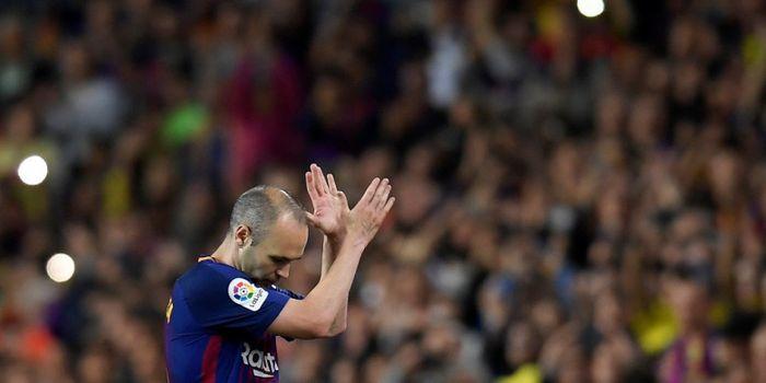 Gelandang FC Barcelona, Andres Iniesta, bertepuk tangan untuk suporter saat diganti dalam laga Liga