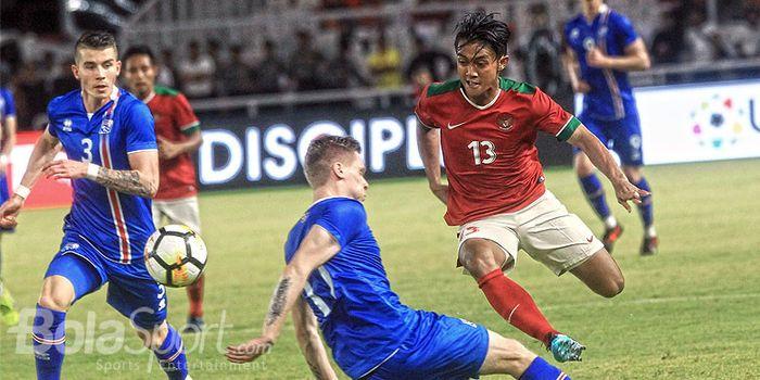 Gelandang timnas Indonesia, Febri Hariyadi (kanan), berupaya melewati hadangan pemain timnas Island