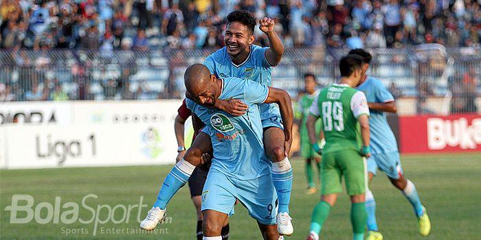 Penyerang Persela Loris Arnaud melakukan selebrasi bersama Gian Zola usai mencetak gol kedua ke ga