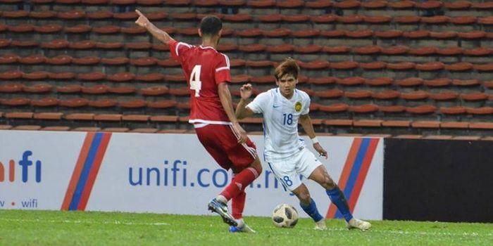 Penyerang timnas U-23 Malaysia, Akhyar Rashid (18) mencoba melewati pemain timnas U-23 Uni Emirat Arab