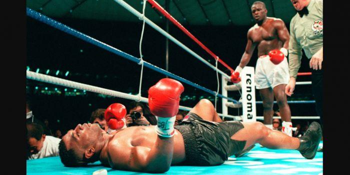Mike Tyson dipukul KO oleh James Douglas pada pertarungan di Tokyo (11/2/1990).