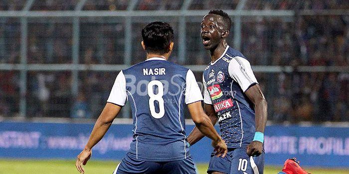 Pemain Arema FC, Makan Konate, melakukan selebrasi.