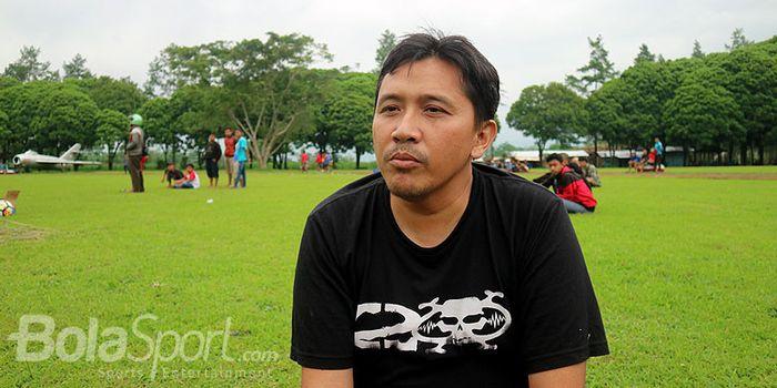 Sudarmaji, Media Officer Arema FC, menjawab pertanyaan wartawan saat Arema FC menjalani latihan bers