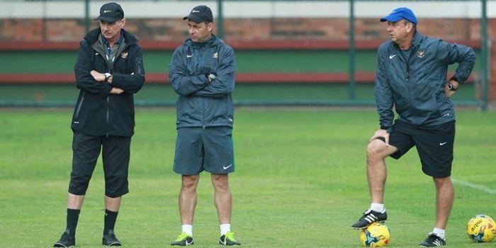 Pelatih timnas Indonesia, Alfred Riedl (kiri) bersama dua asistennya, Wolfgang Pikal (tengah) dan Ha