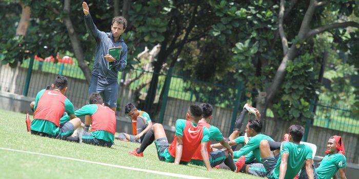 Pelatih timnas  U-23 Indonesia, Luis Milla, memberikan instruksi saat memimpin latihan di Lapangan