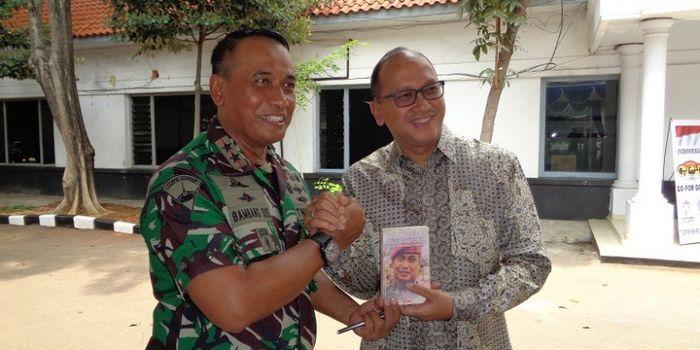 Ketua Umum PB PABBSI Rosan P Roeslani (kanan) dan Komandan Marinir Mayjen TNI (Mar) Bambang Suswanto