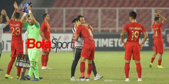 Pelatih timnas Indonesia, Bima Sakti memeluk bek Fachrudin Aryanto seusai skuat Garu