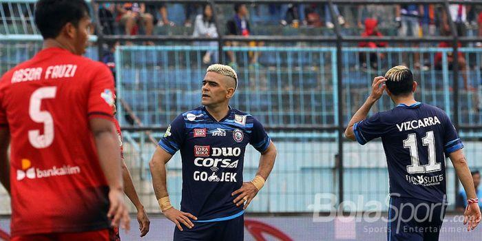 Absor Fauzi (kiri), Cristian Gonzales, dan Esteban Gabriel Vizcarra (kanan) dalam pertandingan antar