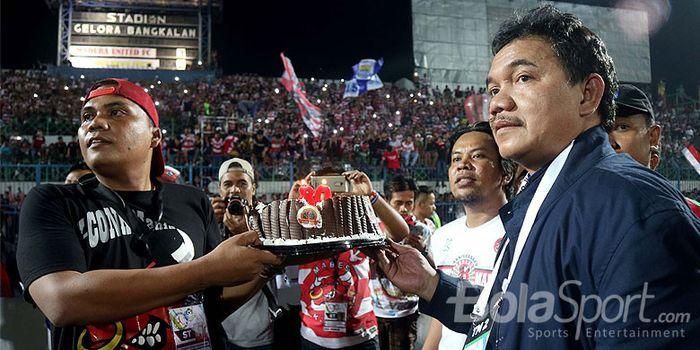 Presiden klub Madura United, Achsanul Qosasih, saat merayakan Ultah K-conk di Stadion Gelora Bangkalan.