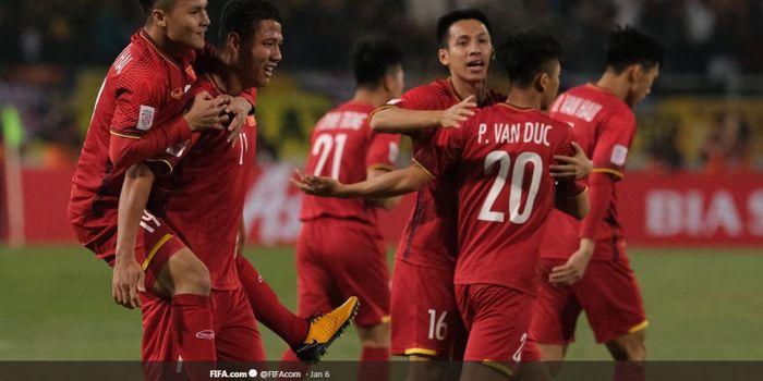 Para pemain timnas Vietnam bersiap melakoni duel penentuan lolos tidaknya mereka ke babak 16 besar P