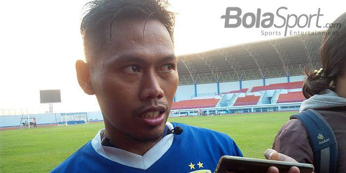 Pemain belakang Persib Bandung, Tony Sucipto seusai berlatih di Stadion Arcamanik, Kota Bandung, Sen