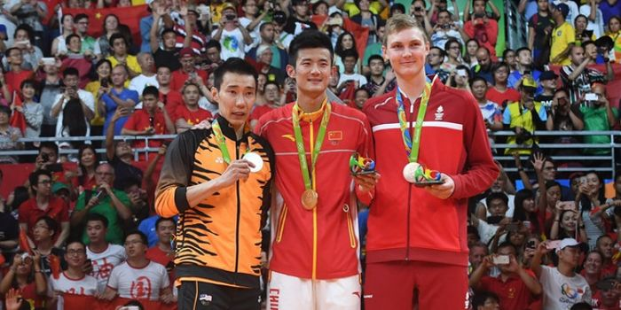 Peraih medali perak Olimpiade Rio 2016 asal Malaysia, Lee Chong Wei (kiri), berpose dengan peraih medali emas dari China, Chen Long (tengah), dan peraih medali perunggu dari Denmark, Viktor Axelsen, di Riocentro, Rio de Janeiro, Brasil, 20 Agustus 2016.