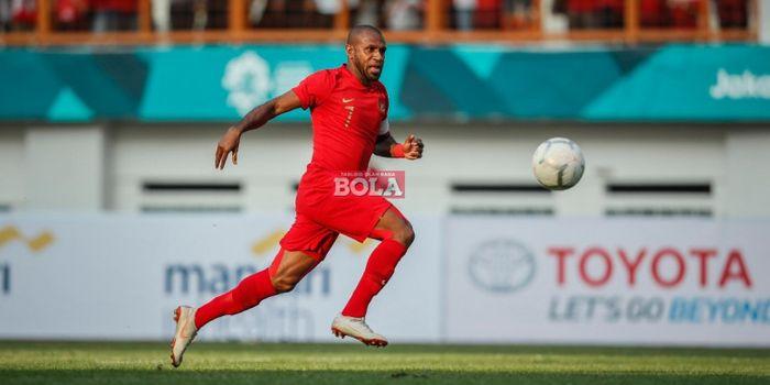 Kapten timnas Indonesia, Boaz Solossa, mengejar bola pada laga persahabatan internasional kontra Mau