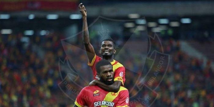 Dua pemain Selangor FA, S Veenod (atas) dan Patrick Wleh merayakan gol di Stadion Shah Alam. Selango