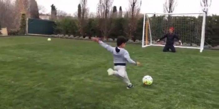 Ikon Real Madrid, Cristiano Ronaldo (kanan), menjadi kiper ketika anaknya, Cristiano Ronaldo Jr., ak