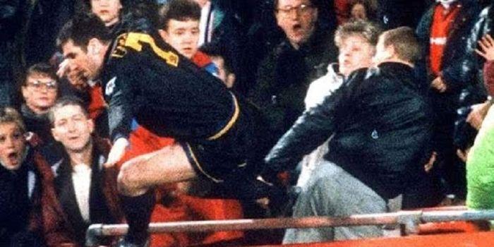 Striker Manchester United, Eric Cantona, meluncurkan tendangan kaki kanan pada fan Crystal Palace, M