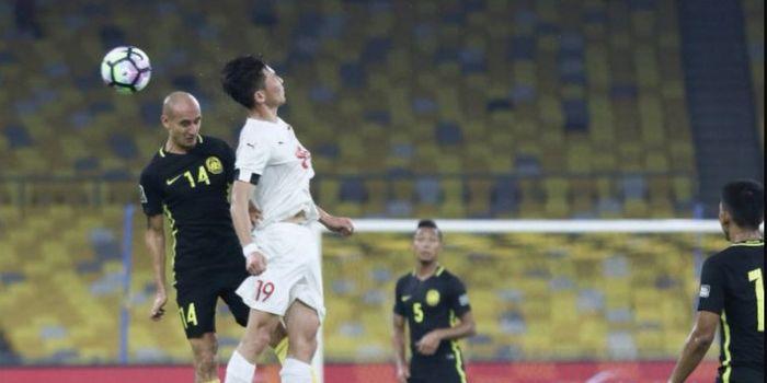 Gelandang Timnas Malaysia, Natxo Insa, saat berduel udara melawan pemain timnas Mongolia pada pertan