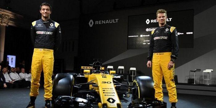 Pebalap Renault Jolyon Palmer (Inggris Raya,kiri) dan Nico Hulkenberg (Jerman) berpose dengan mobil
