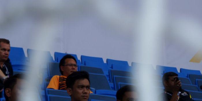 Pelatih timnas U-22 Malaysia, Ong Kim Swee (kaus oren hitam) mengamati laga antara Indoensia kontra