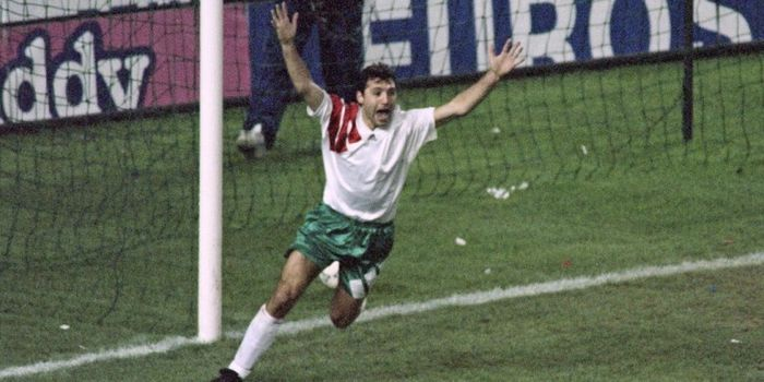 Aksi Hristo Stoichkov dalam pertandingan Kualifikasi Piala Dunia 1994 melawan Prancis di Parc des Pr