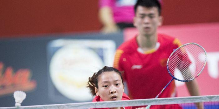 Pasangan ganda  campuran China, Zheng Siwei/Huang Yaqiong, mengembalikan kok ke arah Tontowi Ahmad/L