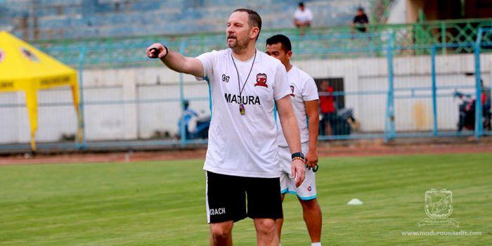 Pelatih Madura United, Dejan Antonic, Memimpin Latihan Timnya di Stadion Gelora Bangkalan.