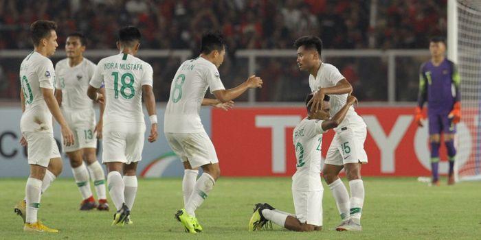 Para pemain timnas U-19 Indonesia merayakan gol Todd Rivaldo Ferre pada laga fase grup Piala Asia U